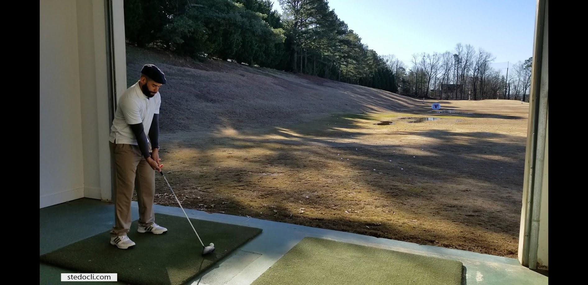 ste-do-cli-golfs-on-a-brisk-windy-day